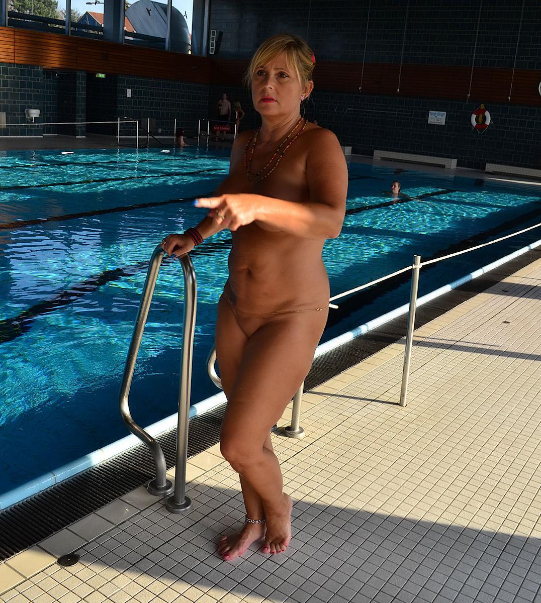 Schwimmbad Nackt