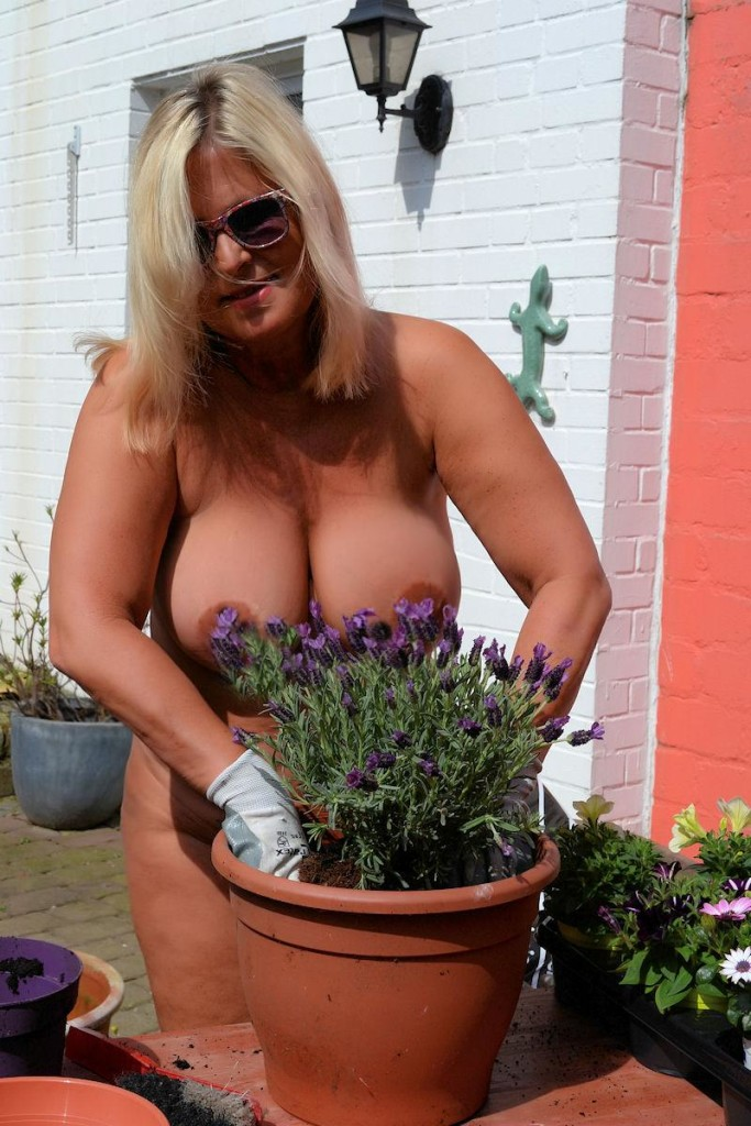 Nackt Gartenarbeit