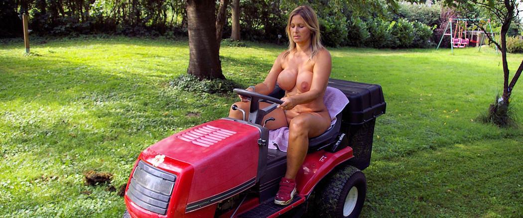 Nackte Gartenarbeit