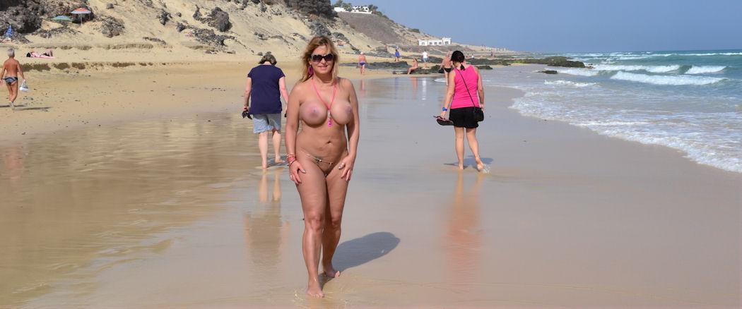 Nackte Strandwanderung