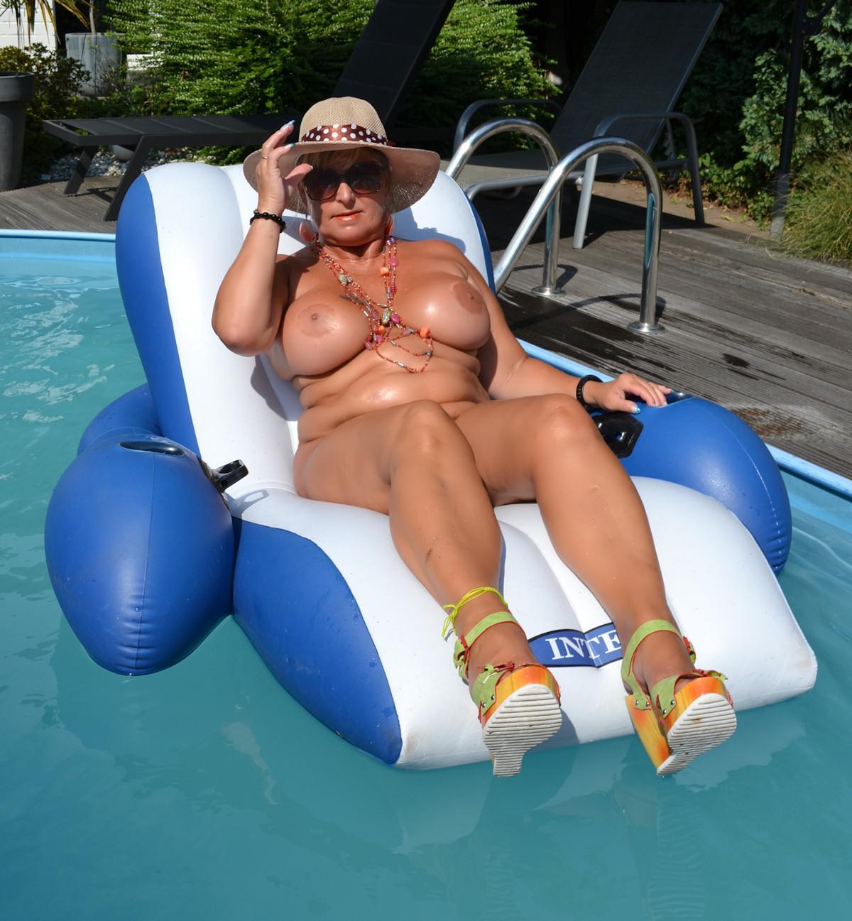 nackt im FKK-Pool