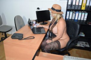 nackt im FKK-Büro
