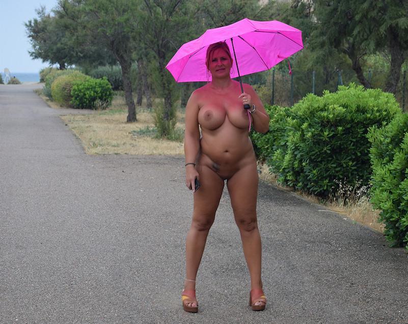mit regenschirm nackt im Regen